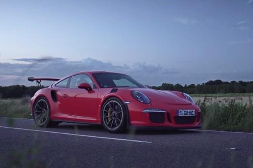 In een Porsche 911 GT3 RS scheuren op de openbare weg Mannenstyle