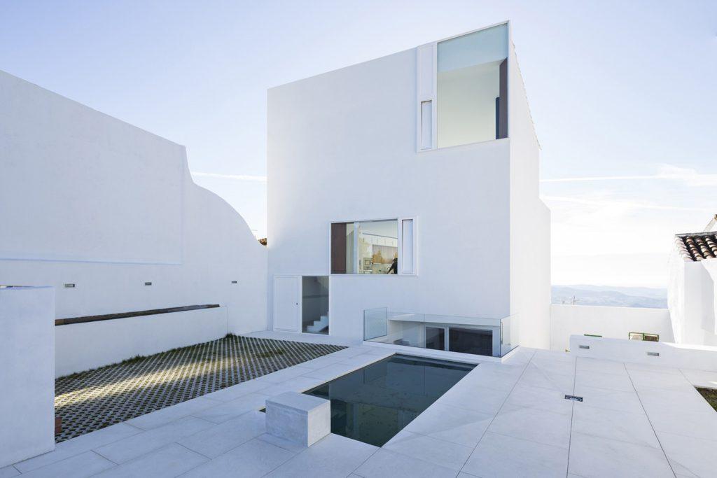 Minimalistische architectuur aan de spaanse kust mannenstyle